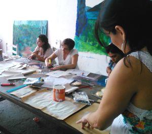 Educadores do projeto Arte na Escola trabalhando com estêncil